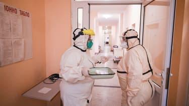Des membres du personnel soignant portent des tenues de protection contre le Covid-19 à l'hôpital bulgare de Choumen le 6 novembre 2020