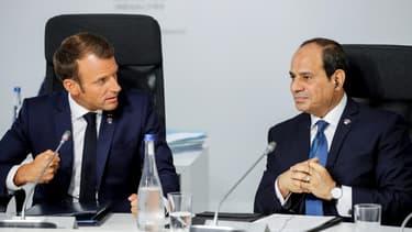 Le président Emmanuel Macron s'entretient avec le président egyptien Abdel Fattah al-Sissi, lors d'une conférence internationale à Biarritz, le 25 août 2019