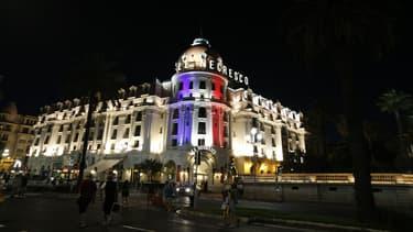 L'hôtel Negresco de Nice, illuminé aux couleurs du drapeau français, après la mort de 84 personnes jeudi soir dans un attentat au camion.