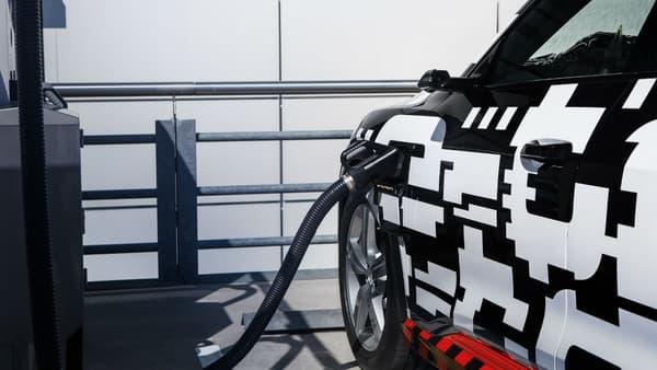 Le prototype de l'Audi e-tron avec ses rétroviseurs caméras en train de se recharger.