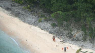 Les deux naufragés ont été sauvé grâce à leur message dans le sable.