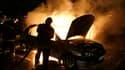 Le phénomène des incendies de voitures, une exception française, est resté stable en 2010 avec 42.000 voitures brûlées, soit une moyenne de 115 par jour, selon le journal Le Monde. /Photo d'archives/REUTERS/Pascal Rossignol