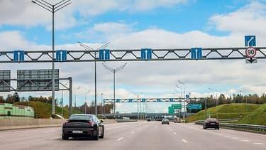 Construit notamment par un consortium réunissant le Français Vinci et la banque publique russe VTB, l'autoroute totalise 694 kilomètres et permet de relier les deux mégapoles en six heures
