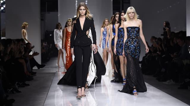 Des mannequins lors du défilé Versace Haute-Couture printemps-été à Paris, le 24 janvier 2016