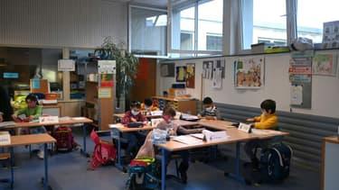 Des écoliers portent un masque de protection en classe dans une école primaire de Dortmund, le 22 février 2021 en Allemagne