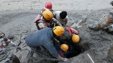 Opération de secours après la rupture du glacier.