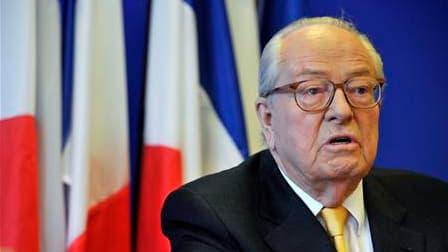 Le président du Front national, Jean-Marie Le Pen, a approuvé la démarche du ministre de l'Intérieur contre un homme présumé polygame, déplorant même qu'on ne puisse pas aller plus loin que la déchéance de nationalité. /Photo prise le 12 avril 2010/REUTER