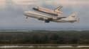 Accrochée à un Boeing 747, la navette spatiale Endeavour a décollé de Floride mercredi pour la dernière fois afin de se rendre en Californie où l'attend sa nouvelle vie, celle de pièce de musée. /Photo prise le 19 septembre 2012/REUTERS/Scott Andrews/NASA