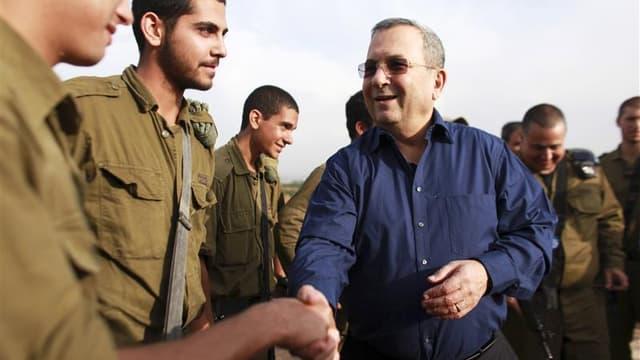 Le ministre israélien de la défense Ehud Barak a annoncé lundi à la surprise générale son retrait de la vie politique après les élections législatives du 22 janvier. /Photo prise le 18 novembre 2012/REUTERS/Daniel Bar-On