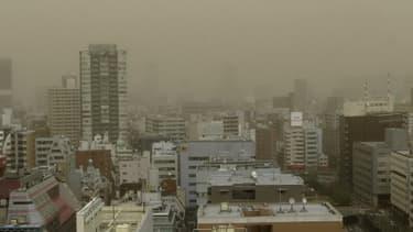 Une grosse tempête de poussière s'est abattue par surprise dimanche 10 mars sur Tokyo.