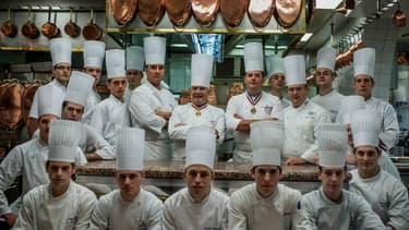Paul Bocuse entouré de nombreux cuisiniers, le 9 novembre 2012 dans son auberge de Collonges-au-Mont-d'Or (Rhône)
