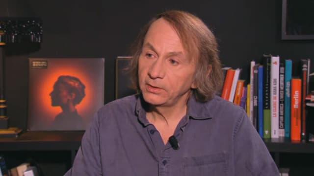 L'écrivain Michel Houellebecq, interviewé par Antoine de Caunes pour le Grand Journal de Canal +, jeudi.