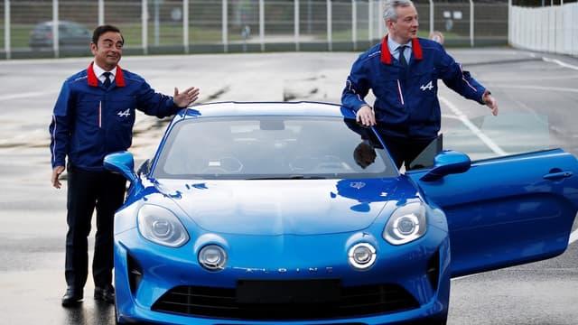 Bruno Le Maire, ministre de l'Économie, et Carlos Ghosn, PDG de Renault, viennent d'inaugurer à Dieppe la ligne de production de l'Alpine A110, qui marque ses ambitions dans le haut de gamme.