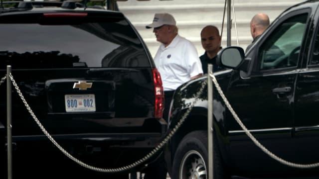 Donald Trump part à son club de golf le jour des funérailles du sénateur John McCain