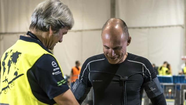 Le pilote suisse Bertrand Piccard (ici à droite) se relaie avec son compatriote André Borschberg pour les longs vols en solitaire à bord du Solar Impulse 2. (Photo d'illustration)