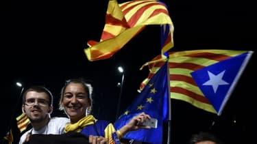 Des militants pro-indépendance manifestent leur joie le 27 septembre 2015 à Barcelone à l'annonce de leur victoire aux élections régionales