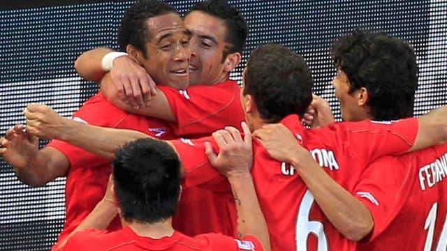 Jean Beausejour félicité par ses coéquipiers après son but contre le Honduras