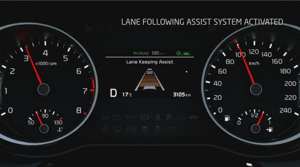 """L'écran qui s'affiche entre les deux compteurs en mode """"assisté"""". L'utilisateur peut toujours régler la vitesse souhaitée et ajuster la distance avec le véhicule de devant."""