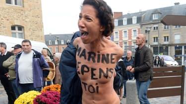 """""""Marine, repens-toi"""", avait peint cette activiste des Femen sur sa poitrine, à l'attention de Marine Le Pen."""