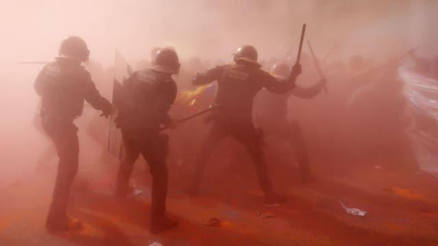 Des policiers catalans lors dune contre-manifestation d'indépendantistes le 29 septembre à Barcelone