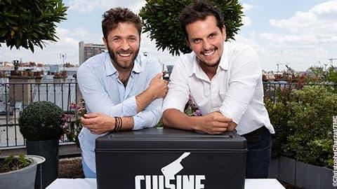 Julien Duboué et Juan Arbelaez, les deux jeunes chefs aux commandes du nouveau programme culinaire de TMC.