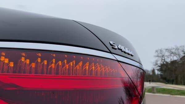 Le dessin des feux arrière laisse apparaître des formes en 3D.
