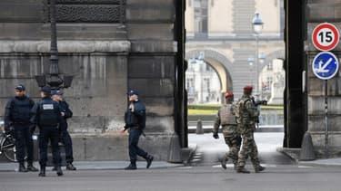 Des policiers et des soldats patrouillent le 3 février 2017 devant le musée du Louvre à Paris après l'attaque de militaires du dispositif Sentinelle