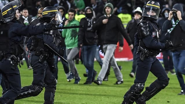 Des supporters du kop nord ont envahi le terrain lors de Saint-Etienne-Lyon