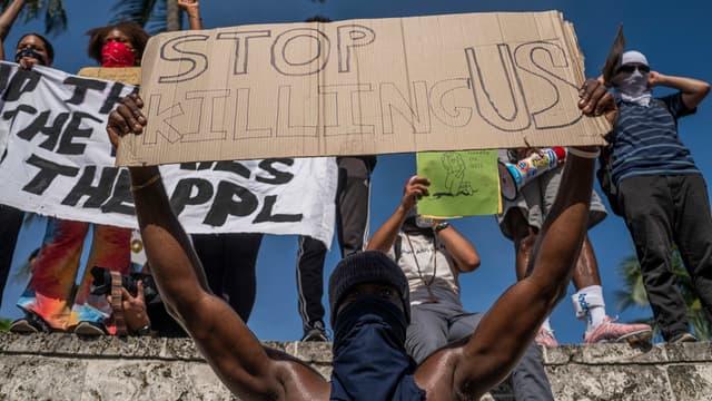 Un manifestant à Miami en Floride, le 31 mai.