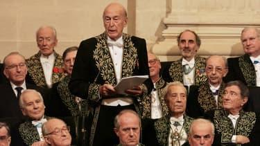 Valéry Giscard d'Estaing prononce un éloge de l'ancien président sénégalais, Léopold Sédar Senghor, le 16 décembre 2004 à l'Académie française