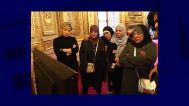 Des femmes voilées dans le groupe invité au Sénat par Samia Ghali.