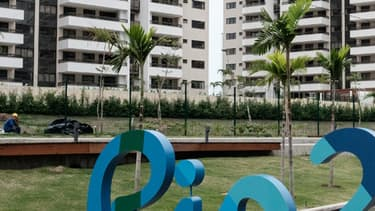 Le logo Rio 2016, à l'entrée du village olympique et paralympique à Rio de Janeiro, au Brésil, le 23 juin 2016.
