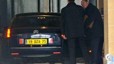 Jacques Chirac à la sortie de son bureau pour se rendre au tribunal, mardi. Le tribunal de Paris a décidé mardi de renvoyer le procès de l'ancien chef de l'Etat sur les deux volets du dossier des emplois fictifs présumés retenus contre lui. /Photo prise l