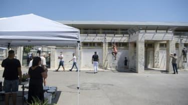 En musique, les volontaires ont commencé à décaper et repeindre la façade mais aussi des escaliers, des barrières de l'école.