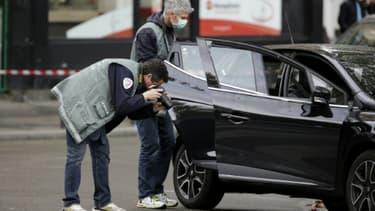 Des policiers autour d'une voiture qui aurait pu servir à la préparation des attentats, retrouvée le 17 novembre 2015 dans le 18ème arrondissement à Paris