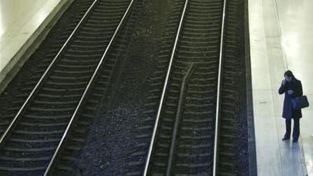 Le trafic SNCF dans le nord de la France a été perturbé samedi après-midi en raison d'un vol de câbles. Le trafic des Eurostar, Thalys et TGV-Nord a été provisoirement interrompu, bloquant plusieurs trains remplis de passagers, avant de reprendre progress