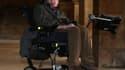 L'astrophysicien Stephen Hawking, ici le 19 septembre 2013 à Cambridge, développe avec Intel un fauteuil roulant connecté.