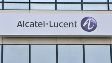 Trois des quatre opérateurs français se seraient engagés à passer des commandes de matériel à Alcatel pour leurs réseaux mobiles.
