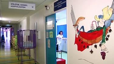 Un couloir à l'unité de sommeil pédiatrique de l'hôpital de Lyon, qui traite les pathologies liées au sommeil chez l'enfant.