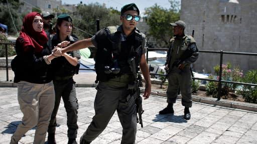 Une Palestinienne est arrêtée par un garde-frontière israélien à Jérusalem, le 24 juillet 2014.