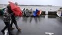 Des passants pris dans les vents en Bretagne alors que la tempête Qumaira s'apprête à s'abattre sur la France, dans la nuit de jeudi à vendredi.