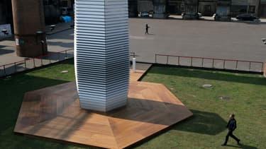 D'une hauteur de 7 mètres, la Smog Free Tower conçue par l'artiste néerlandais Daan Roosegaarde assainit l'air et transforme la pollution en bijoux.