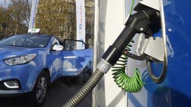 L'hydrogène évite certaines difficultés des véhicules électriques, comme l'autonomie et le temps de recharge, tout en réduisant la consommation d'électricité.