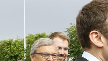 Emmanuel Macron et Alain Juppé se serrent la main, le 16 juin 2016, à Villepinte.