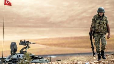 Un soldat turc patrouille à la frontière avec la Syrie, le 30 septembre 2014.