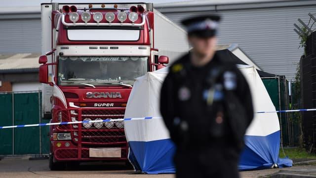 Le camion où ont été découverts 39 corps à Grays, au Royaume-Uni, le 23 octobre 2019.
