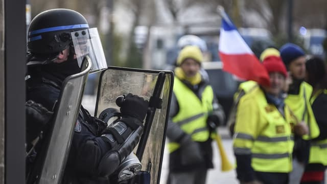 Un CRS face à des gilets jaunes - Sébastien Bozon - AFP - image d'illustration