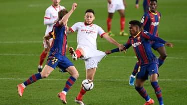 Lucas Ocampos entre deux défenseurs barcelonais