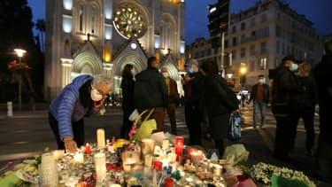 Hommages aux victimes devant la basilique de Nice le 31 octobre 2020.