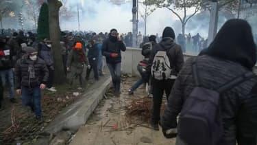 Manifestants autour du monument du Maréchal Juin, place d'Italie, à Paris, le 16 novembre
